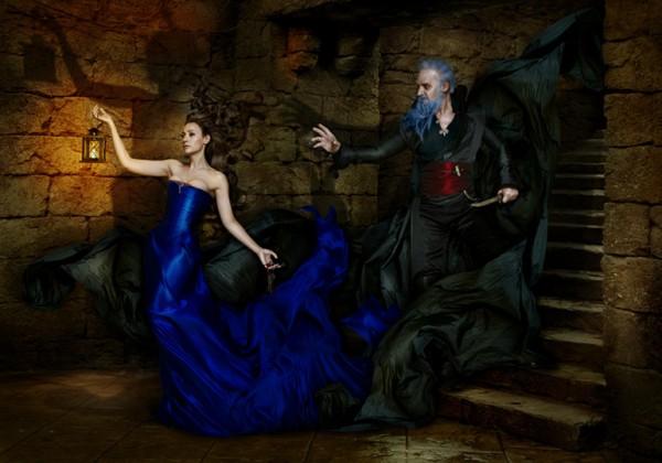 Los actores españoles Natalia Verbeke y Lluis Homar en la versión de Barba Azul escenificada en fotografía por Manuel de Galanes, españa.