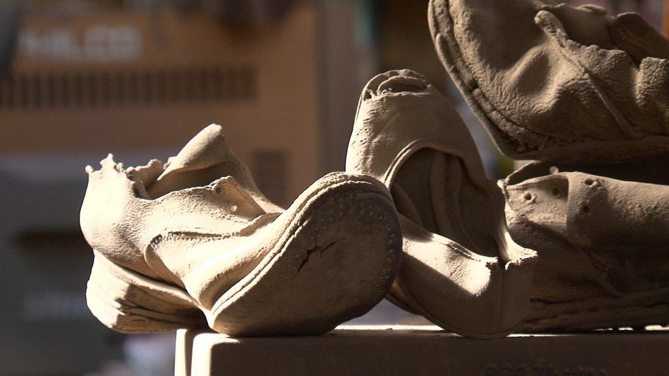 Zapatos de desaparecidos políticos encontrados en el desierto de Atacama, donde fueron enterrados en fosas comunes. Antes fueron los de los judíos en Alemania. Pronto serán los de los sirios bombardeados por Israel.
