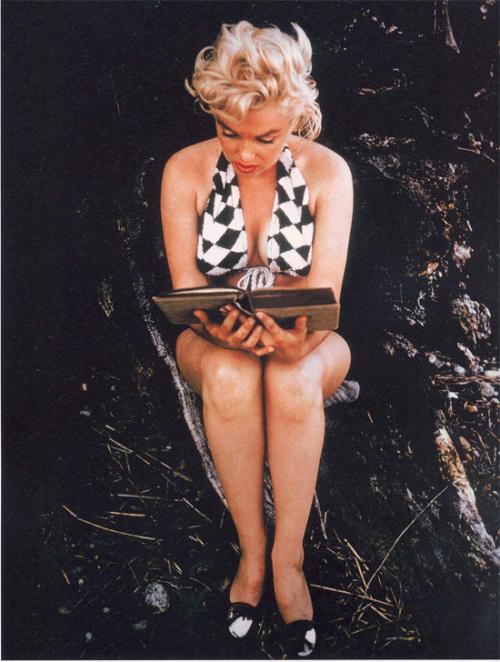 """Esta es supuestamente la foto de Eve Arnold en que en 1957 soprendió Marilyn leyendo el """"Ulises"""" de Joyce. En realidad, Eve Arnold de la agencia Magnus-Focus era de las preferidas de Marilyn, y hay muchas fotos de la actriz leyendo libros."""