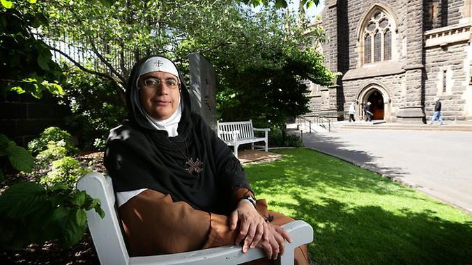 Madre superiora (hegúmena) Agnés-Mariam de la Croix , a cargo del monasterio de San Jacobo el Mutilado, en Qara (Siria). De la Croix es católica oriental siria, nacida en Palestina, de la que debió exilarse en Siria en 1994 por el ataque de Israel.