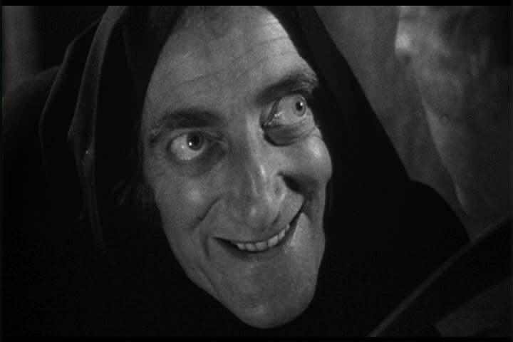 Marty Feldman, muy recordado, en el papel de Igor, el ayudante del Dr. Frankenstein (1974), de Mel brooks.