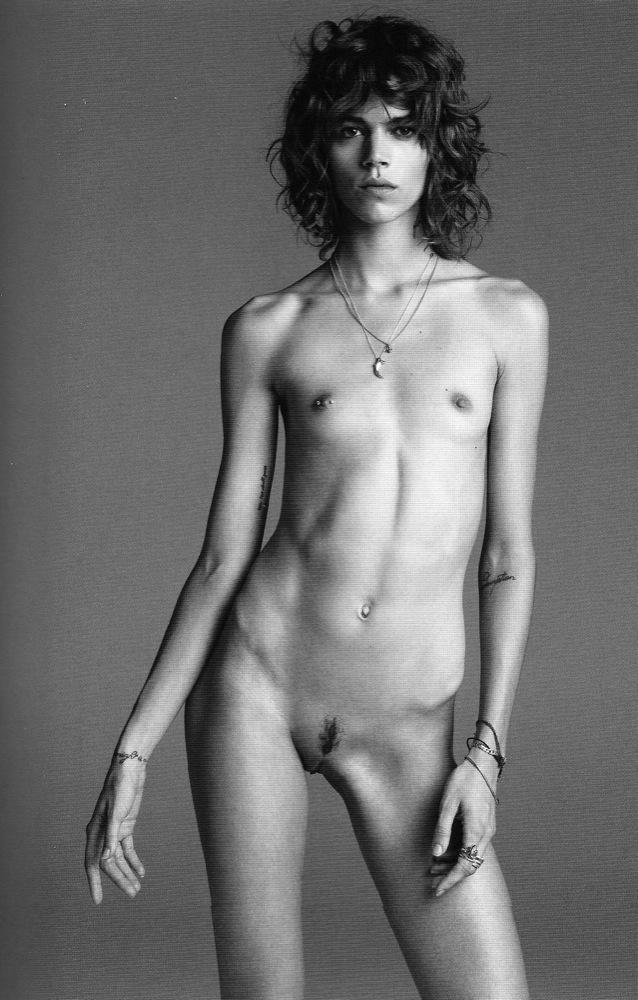 Freja Beha, un de las más nuevas supermodelos andróginas. Tomada frontal como Eva sin pudor (mano no cubre pubis). Fotografía de una pareja de artista superfashion en el mundo: Inez de Lamsweerde y Vinooh.