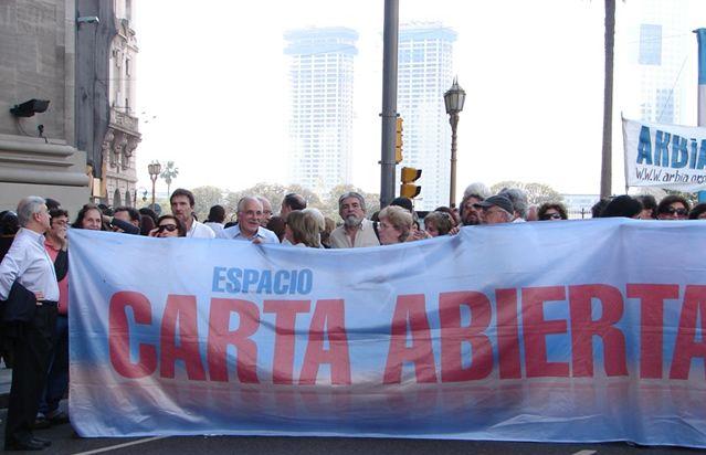 Una de las marchas del Espacio Carta Abierta, encuentro de intelectuales, pensadores y artistas que, desde diferentes visiones apoyan el ciclo Kirchner.
