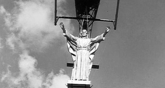 """Jesús sobrevuela Roma al comienzo de """"La Dolce Vita"""":¿Huye despavorido? ¿Le dan el raje? ¿O insiste en llegar a todos lados en que estén los desconcertados de cabeza y corazón?"""