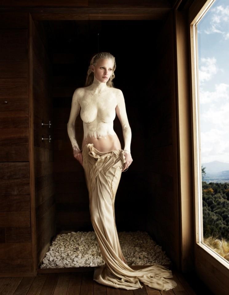 """Lara Stone como Venus que nace de la roca, en una producción escenificada. Entre la fotografía y pintura. Entre la frivolidad y el refinamiento. Estilo """"primer Renacimiento""""."""