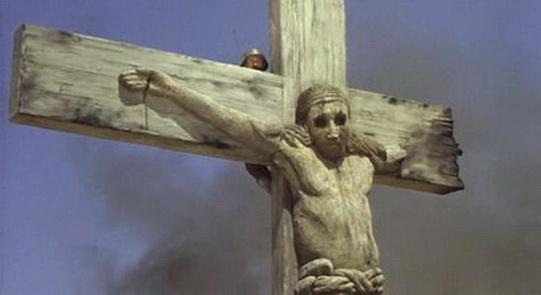"""A Cristo los hombres les han arrancado los ojos, como en Libia, Siria, Afganistán, Irak. Cristo llora sangre porque los poderosos mandan a sus hijos a la guerra, y entonces deja que un vigía se parapete detrá suyo para avisar cuando llegan los nazis. Escena de """"Más allá del honor"""", una de las elipsis y metáforas típicas de Fuller, como mostrar un caballo enloquecido porque como bestia ya no aguanta ni tolera ni comprende más que les pasa a los hombres que se asesinan y torturan entre sí."""