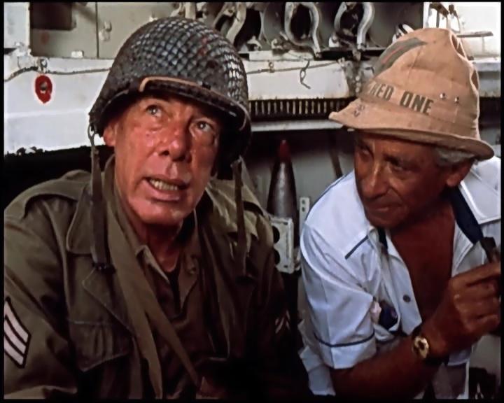 """Samuel Fuller con Lee Marvin, uno de sus actores preferidos, en un detrás de escena de """"Más allá del honor"""" (1980)"""