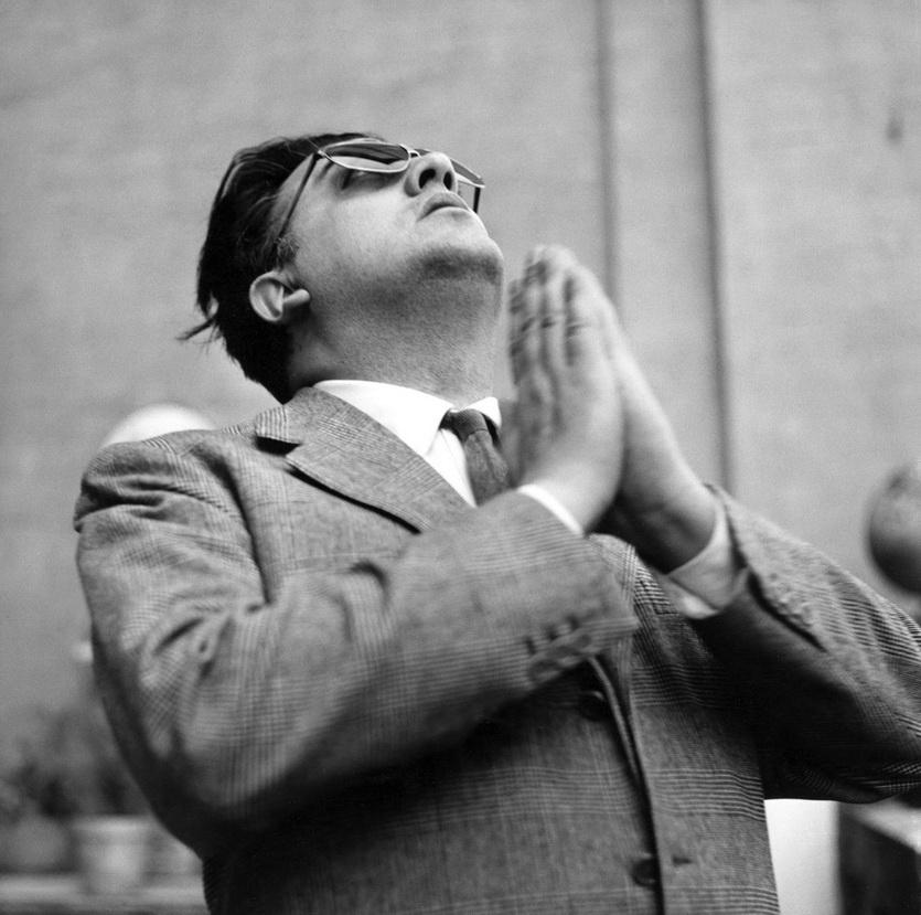 El gran Federico en 1955 cuando decía orar vaya a saber uno porqué, aunque hoy lo puedo imaginar. El gran poeta inofensivo y socarrón, molesto como cristiano inconforme que advierte que todo se viene abajo y nadie lo puede parar. No es el comunismo. La cuestión es este capitalismo, ¡idiotas! ¿No se dan cuenta? Nos va a arrastrar a todos.