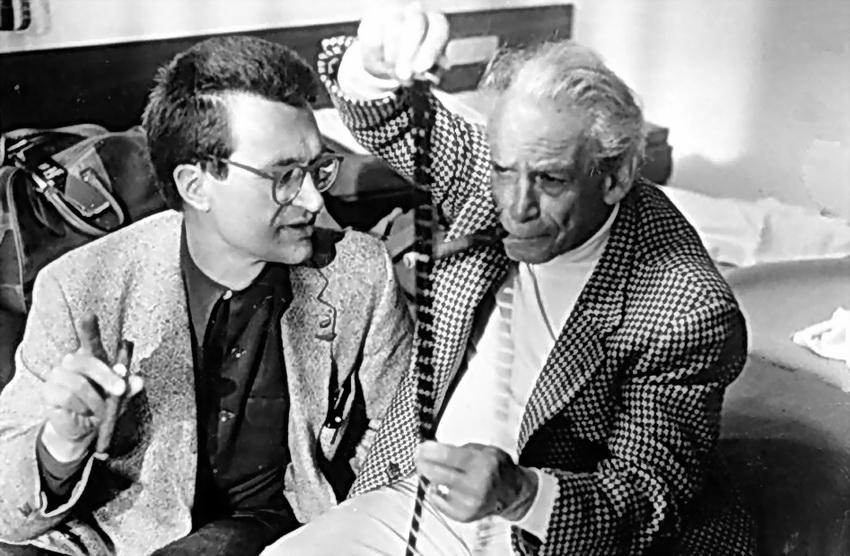 """Samuel Fuller con el realizador alemán Wim Wenders, el de """"Las alas del deseo"""", que lo admiraba y lo consideraba uno de sus maestros y genios del relato del cine, al igual que el francés Jean-Luc Godard y el norteamericano Steven Spielberg."""