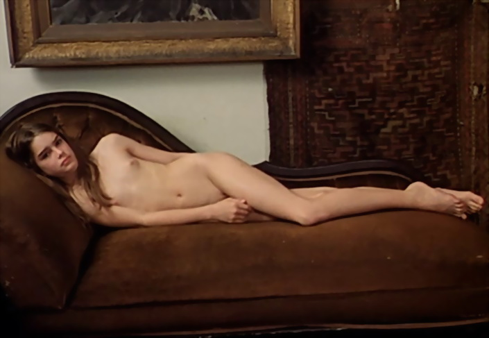 """Brooke Shields en 1978, aún adolescente, en la recordada película del francés Louis Malle """"Pretty Baby"""", sobre la vida de famoso fotógrafo Ernesto Bellocq, en 1917, dedicado a fotografiar a las pupilas de los burdeles de Nueva Orleans. La película fue nominada al Oscar y recibió distinciones en Cannes. La posición que Malle  le hace tomar a Brooke Shields es la t´´ipica de Venus, Odaliscas, cortesanas, majas tendidas en camas, canapés y camas."""