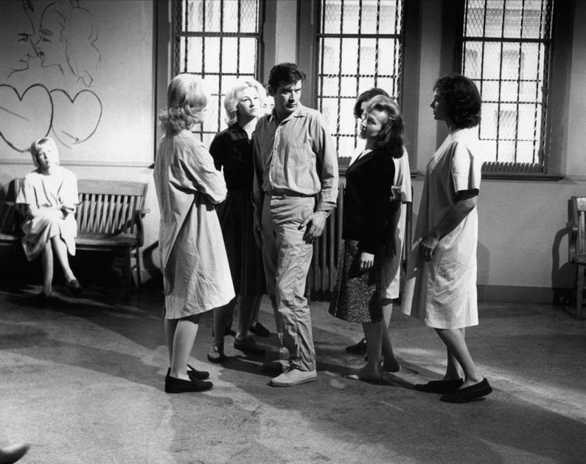 """La antológica escena en que el protagonista de """"Shock Corridor"""" es violado por las internas del psiquiátrico. """"Corredor sin retorno"""" es la obra maestra absoluta de Samuel Fuller. Aquella película en que un investigador se hace pasar por loco e ingresar así a un psiquiátrico, sin saber que lo volverán locos con electroshocks, chalecos de fuerza, castigos y violaciones y no podrá salir jamás de su prisión. """"La isla siniestra"""", de Scorsese con Di Caprio puede considerarse un derivado de """"Shock Corridor""""."""