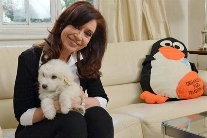 Cristina Fernández de Kirchner y Simón, el cachorro regalado por el hermano del fallecido ex presidente de Venezuela Hugo Chávez.