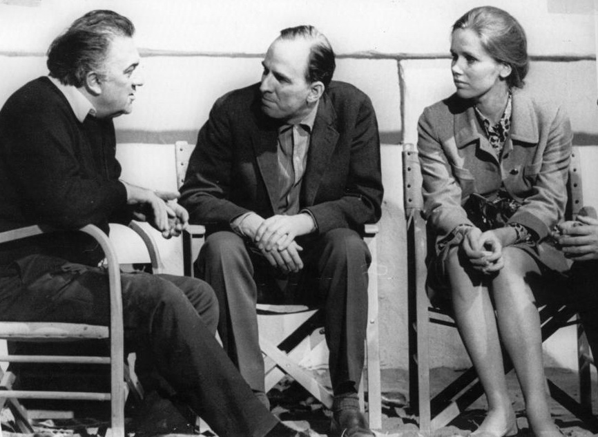 Fellini dialoga con Bergman, junto a la actriz Livv Ullman, la compañera del segundo en este momento, años 60.