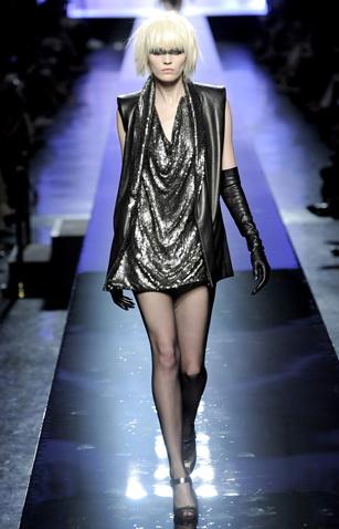 """En 1992 el modisto internacional Jean Paul Gaultier presentó modelos inspirados en Pryss (Daryl Hannah) de la película """"Blade Runner."""