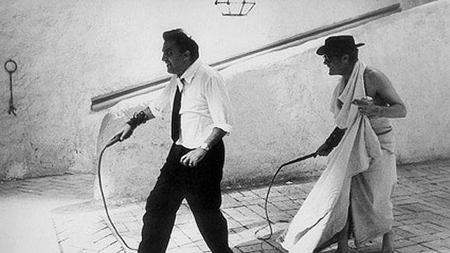 """Fellini en una indicación actoral a Mascello Mastroianni, su alter ego, durante el rodaje de """"8 y 1/1""""."""