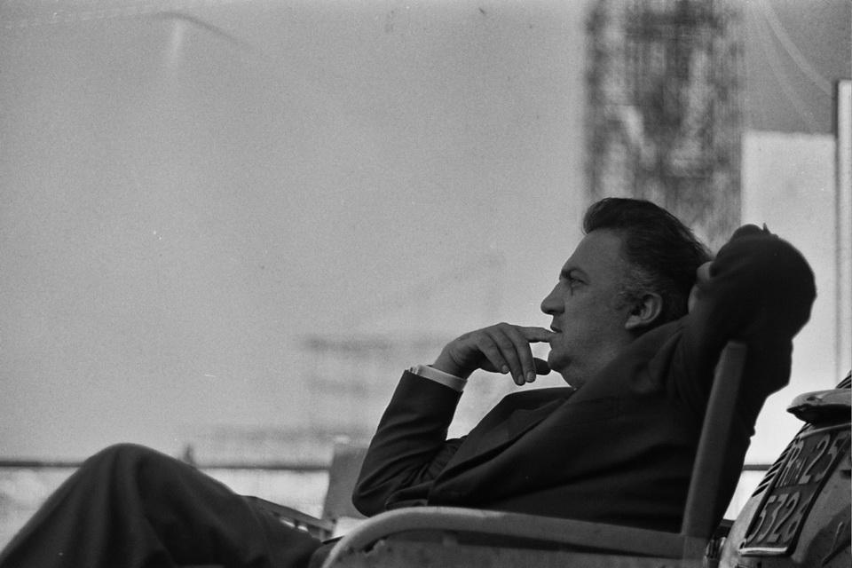 Fellini, en Rusia, en uno de sus momentos de descanso y reflexión