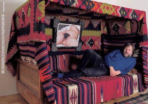 "El filósofo esloiveno Slavoj Zizek duerme junto a l célebre pintura de Gustave Courbet, ""El origen del mundo""."