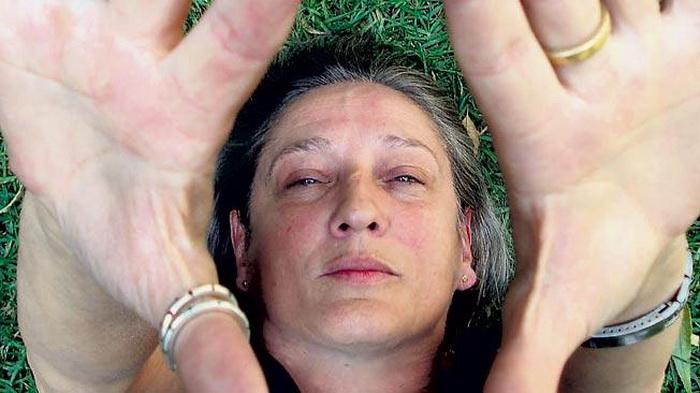 Liliana Felipe hace la forma de la vulva vagina juntando las dos manos.