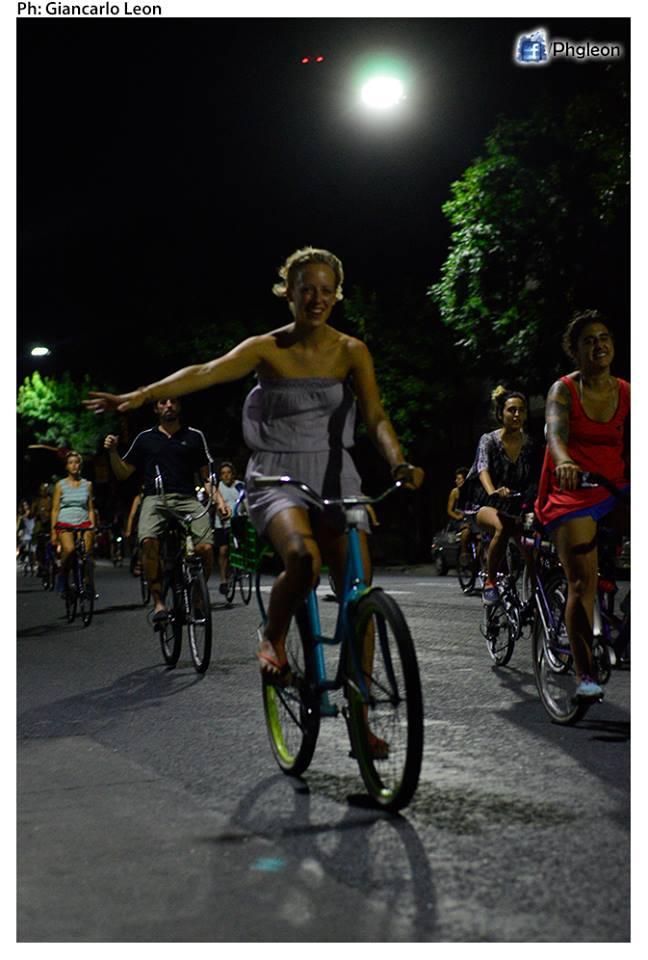 Piba de masa Crítica en bicicleta. Ver Fasevuc.