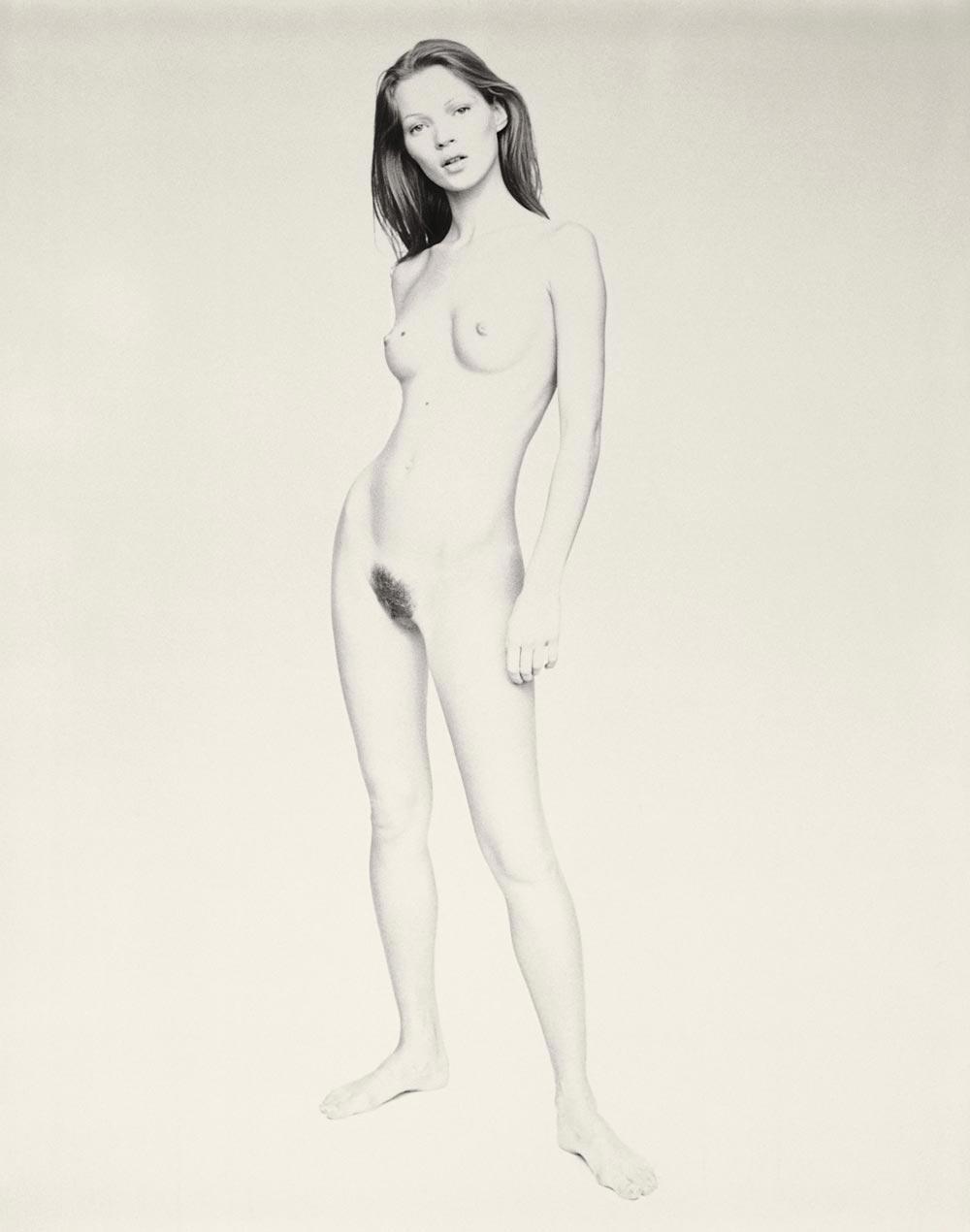 Otro desnudo frontal de Paolo Roversi de Kate Moss, que en general ha evitado las fotos de sus nalgas, algo pequeñas.