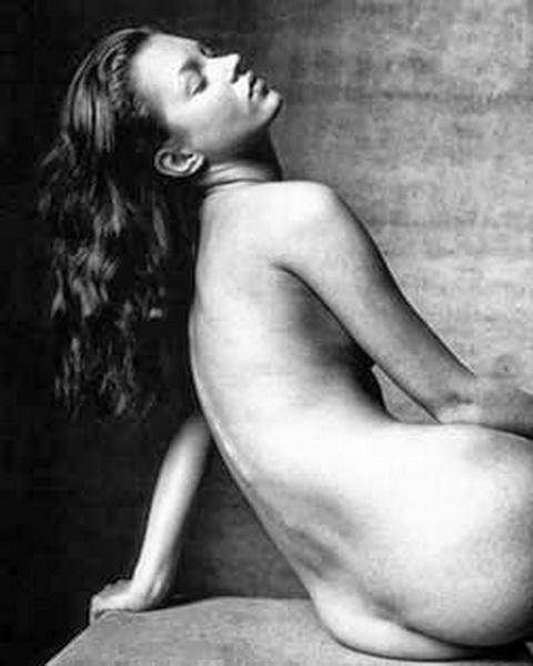 Kate Moss, algo de culo, cuando era muy joven. Hoy tiene 40 años. Evita mostrarlo.