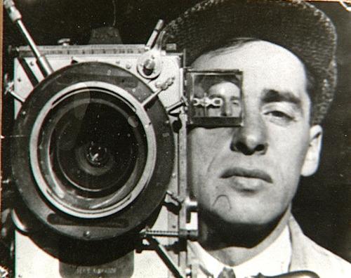 JEAN VIGO, el cineasta francés que muerto a los 29 años en 1934, influyó en Godard y Truffaut y todo el cine francés. Solo dos películas alcanzó a rodar Vigo, fallecido de tuberculosis. Se lo estudia solo en especializaciones universitarias.