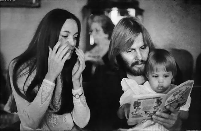 Jon Voight tiene en sus brazos a Angelina Jolie, su hija. A su lado, la madre y esposa, la modelo Marcheline Bertrand, hoy olvidada.