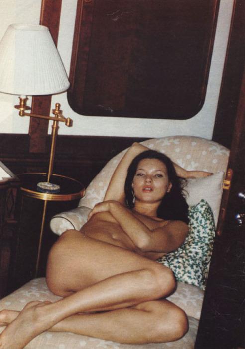Kate Moss, unos años atrás. En su cama, desnuda. Fotografía de intimidad. Hoy, a los 40 Kate Moss no pasa una semana sin se registrada desnuda para una revista o campaña fashion. Otro tanto sucede con todas las modelos consagradas. (fotógrafo no indentificado).