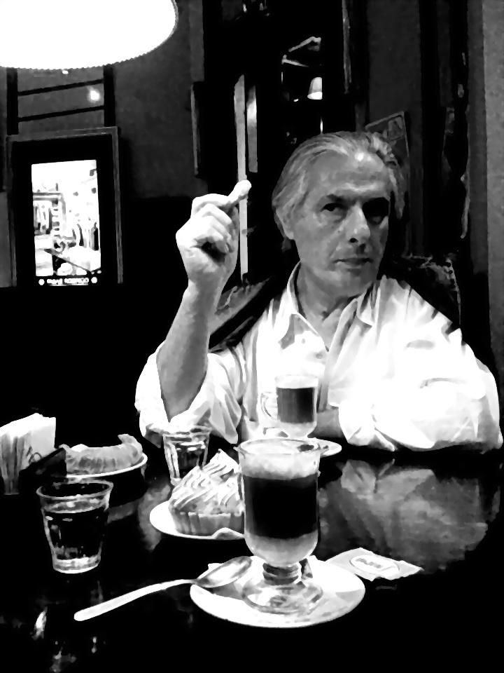 """Mon regarder le Cours Julien à Marseille: """"Souriez s'il vous plaît Seigneur, Moretti,"""" il a répété Olí Chiappé pour enregistrer l'image avec votre téléphone cellulaire. (Mi mirada en el marsellés Cours Julien: """"Sonría por favor Señor Morettí"""", repetía Chiappé al registrar la imagen con su teléfono celular. Diciembre 2011)"""