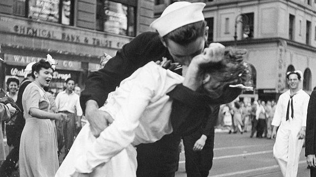 """El célebre beso (1945) de la foto titulada """"El Día de la Victoria en Times Square"""", del Alfred Eisenstaedtt para la revista LIFE. Se celebra el fin de la Segunda Guerra Mundial (1939-45). Hay al menos dos versiones distintas de la misma escena. Además, se ha hecho una escultura que está Times Square y muchas imitaciones, parodias o sátiras."""