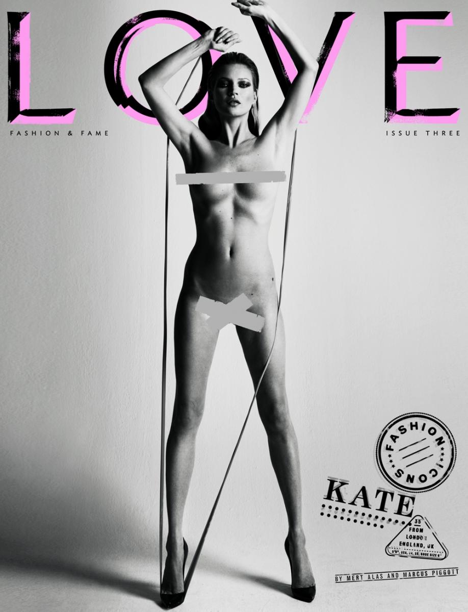 Kate Moss por Marcus Piggott y Mert Alas, con la típicas boludez de las fajitas negras de censura para una tapa de revista de modas de hace años.
