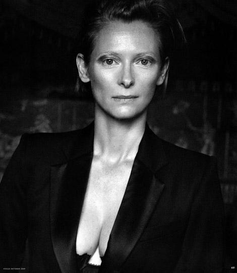 TILDA SWINTON, para Vogue Alemania. Además, de gran actriz, Swinton supo y es una gran modelo de ropa. Quizás la mejor del mundo. Los que conocen de verdad el ambiente fashion internacional, dicen que la mejor, la más original modelo internacional, verdaderamente una autora, es Tilda Swinton y no Kate Moss.