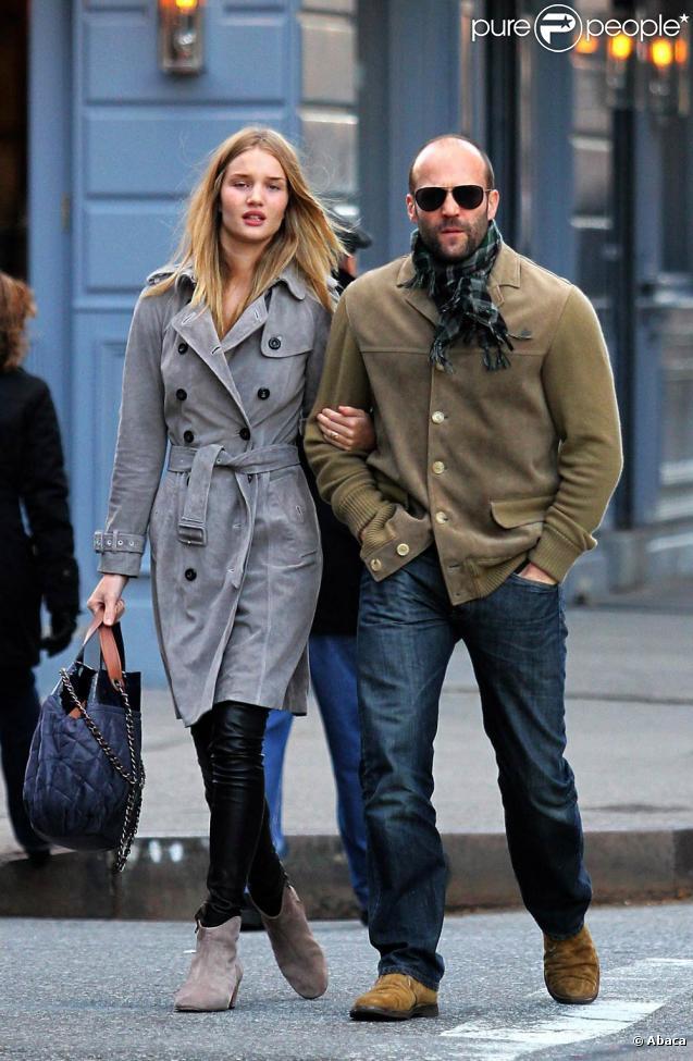 Statham en la vida real, caminando junto a su chica, la supermodelo Rosie Huntignton-Whiteley