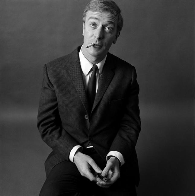 """Bryan Duffy fotografía a Michael Caine en los años de de """"Alfie"""", 50 años antes de la versión con Jude Law."""