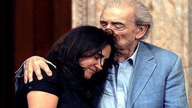 El gran poeta argentino Juan Gelman, muerto hace poco, con su nieta Macarena (durante años apropiada por secuestradores militares que falsearon su identidad), buscaron hasta el último día del escritor los restos de Claudia, desaparecida por la última dictadura cívico-militar de Argentina.