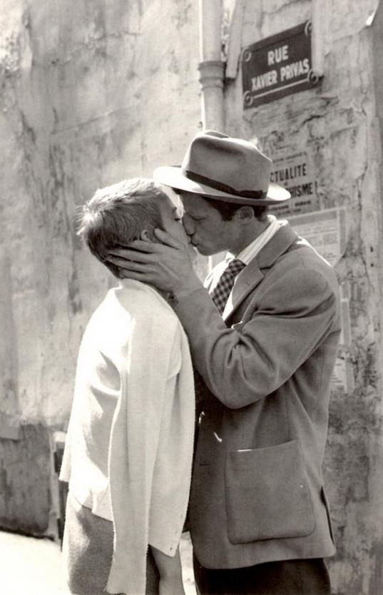 """Jean Paul Belmondo besa a Jean Seberg en """"Sin aliento"""", de Jean Luc Godard."""