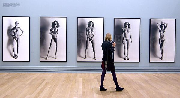 Helmut Newton, una muestra de museos internacionales famosa.