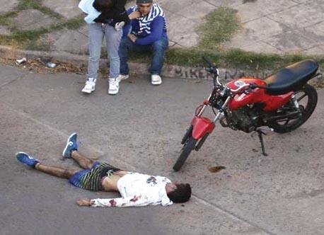 Linchamiento de supuesto motochorro en Rosario. Revista 23. Argentina.