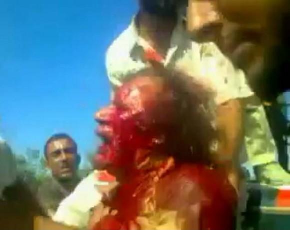 Gadaffi aún vivo, muerto a golpes y patadas bajo la vigilancia de comandos británicos invadiendo Libia.