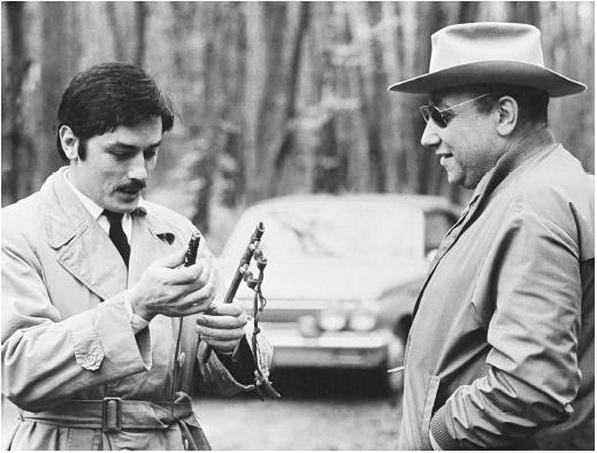 El cineasta Melville (m. 1973) con Alain Delon en un rodaje.
