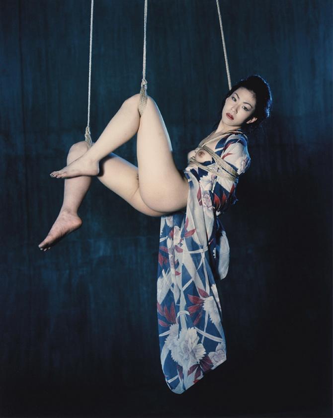 NOBUSHOKI ARAKI, del último libro del pintor y fotógrafo del Japón, considerado hoy si no el mejor, unos de los mejores de Japón. Absolutamente superior a artificiosos como Mario Sorrenti o Mario Testino, los gustos de Macri.