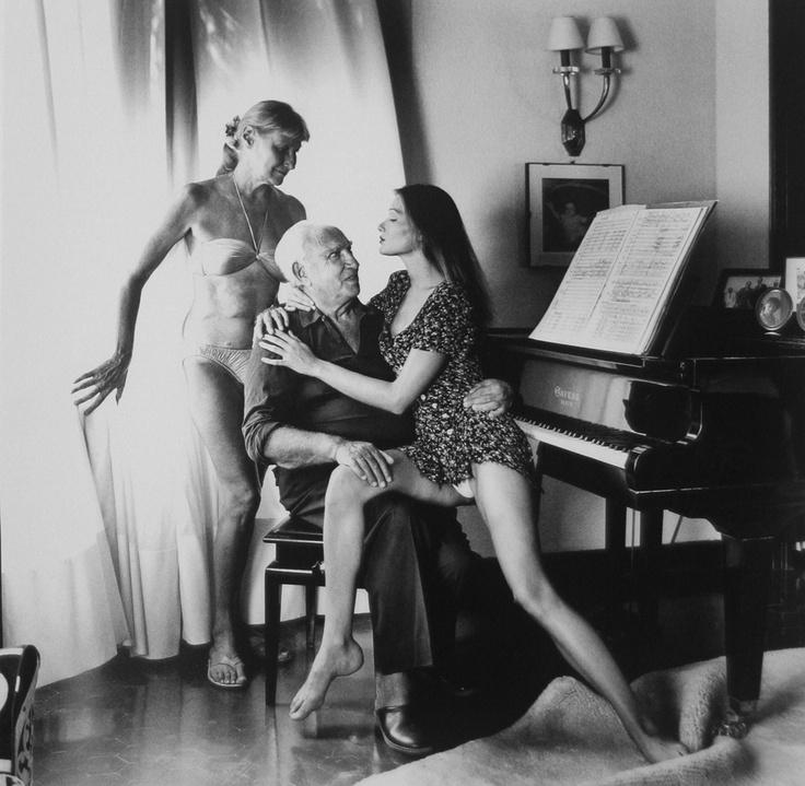 Carla Bruni, aristócrata de la alta burguesía, con sus padres. Foto del maestro Helmut Newton.