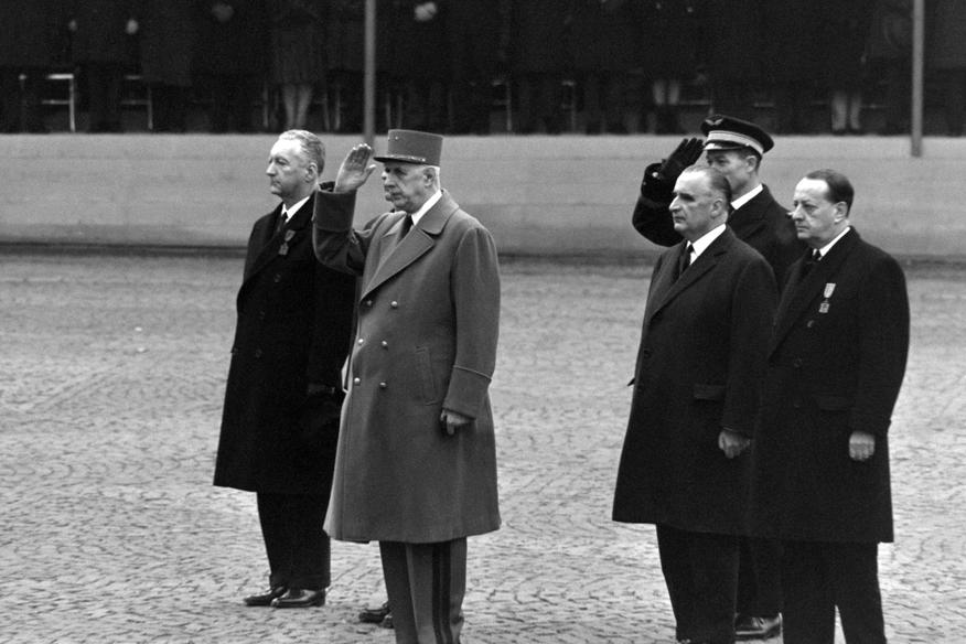 El general De Gaulle, presidente de Francia, en los años 60 del siglo pasado, al rendir homenaje al ser depositadas las cenizas de Jean Moulin en los Panteón de los Héroes. A la derecha, el ministro de Cultura, Andre malraux, célebre escritor. También se ve a George Pompidou, que sería también presidente.