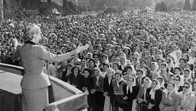 Evita le hbla a las muchachas peronistas cuando la promulgación del voto femenino, en 1947, en Argentina.