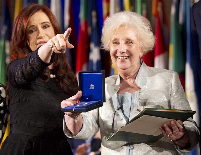 Estela de Carlotto y Cristina Kirchner, al recibir la primera premio de la UNESCO