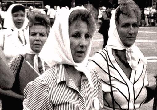 Estela de Cralotto marha con Madres y Abuelas de Plaza de Mayo durante la dictadura última civico-militar.