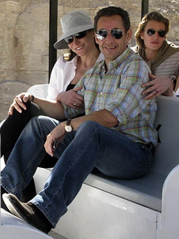 Bruni y Sarkozy en fecha de su matrimonio, una vez nacido su hijo y cuando hacía tiempo que estaban instalados en el palacio Presidencial.
