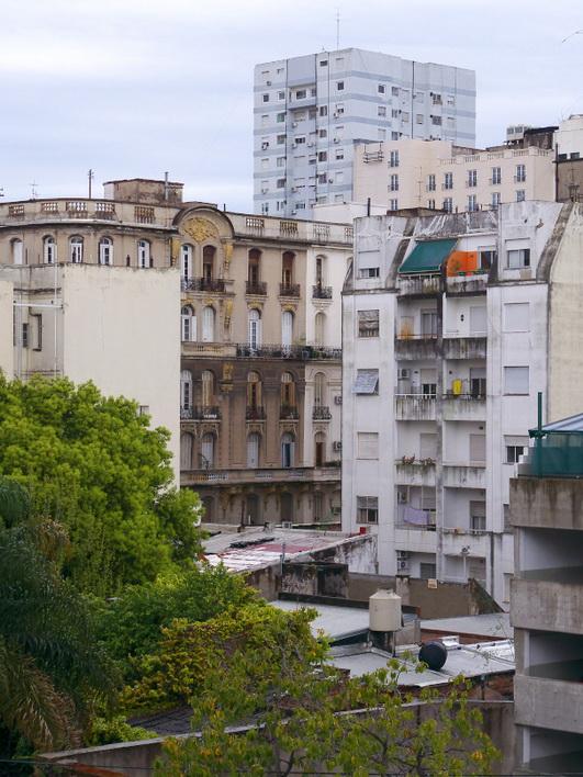 Sobre la calle Piedras, San Telmo. ¿Desde aquí espìan para denunciar? Amilcar Moretti.