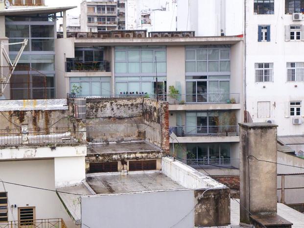 Sobre la calle Venezuela, en San Telmo, Buenos Aires. Amilcar Moretti.