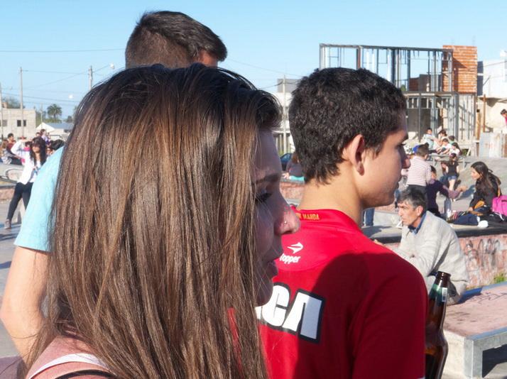 """La misma y anónima chica de la primera foto. """"¡Ah, pero estoy bien...!"""", me comenta después de pedirme, con comprensible desconfianza, que le mostrase las fotos que le había tomado en la plaza de la cumbia. """"¡Sí, claro, son hermosa!"""", le respondí. """"Como tus amigas"""", agregué. AMILCAR MORRETI, 11 de octubre del 2014. La Plata. Argentina."""